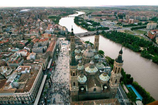 Vista aérea de la Plaza del Pilar de Zaragoza y el río Ebro, iconos de Zaragoza Fieles siempre a la ciudad