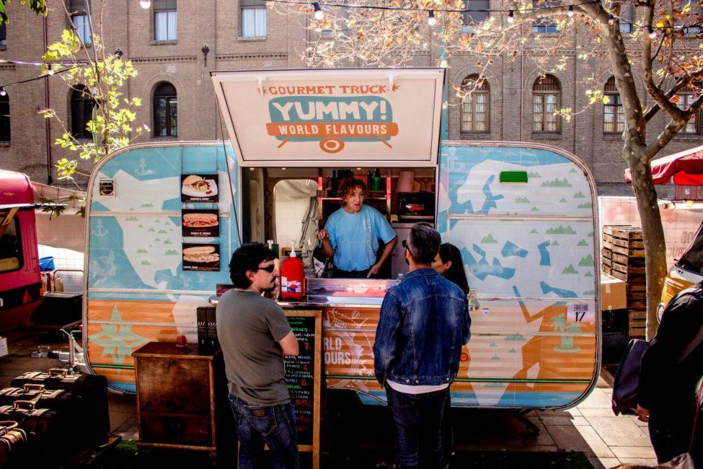 III Festival de Food Trucks - Foto de zaragozaburguers.com Puesto de hamburguesas en el Ebro Food, III Festival de Food Trucks
