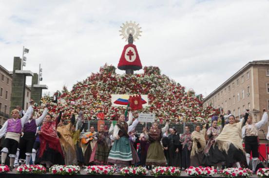 Ofrenda de Flores a la Virgen del Pilar - Foto de El Confidencial Autonómico con las jotas que se bailan y se canta en honor a la Virgen del Pilar de Zaragoza