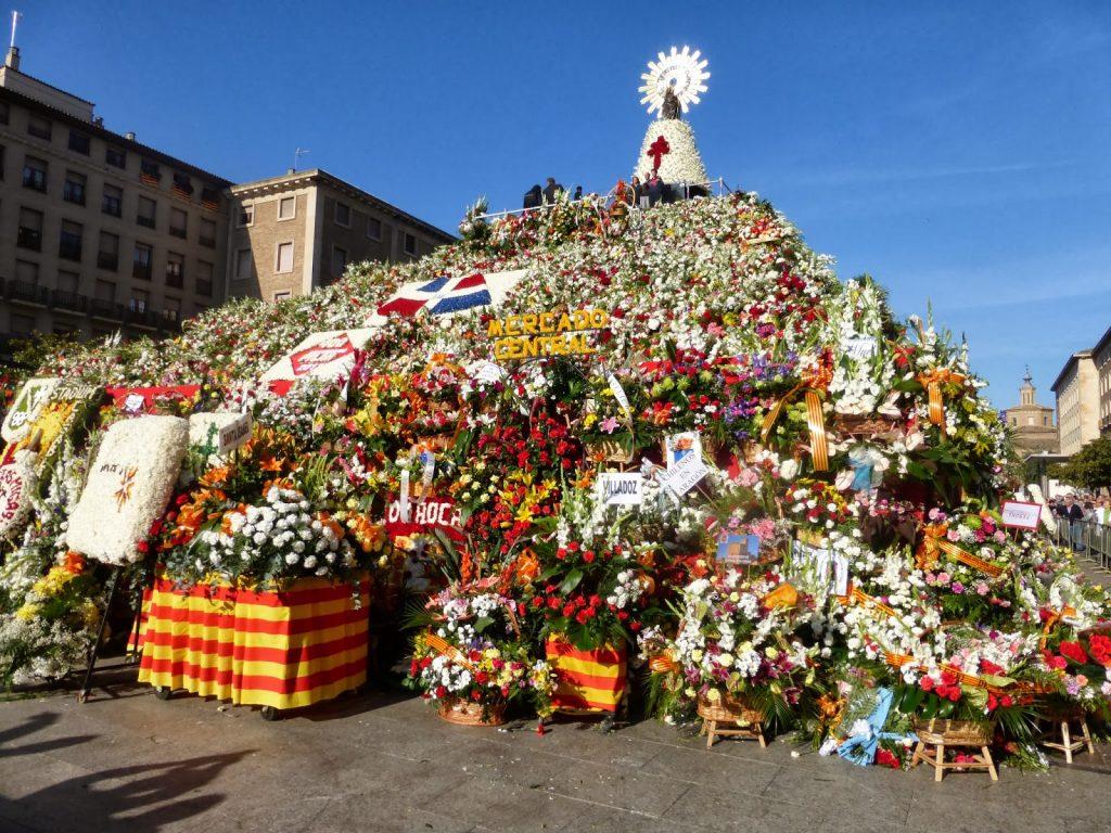 Ofrenda de Flores a la Virgen del Pilar - Foto de viajararatos.blogspot.com de cómo queda la Ofrenda de Flores a la Virgen del Pilar después del 12 de Octubre