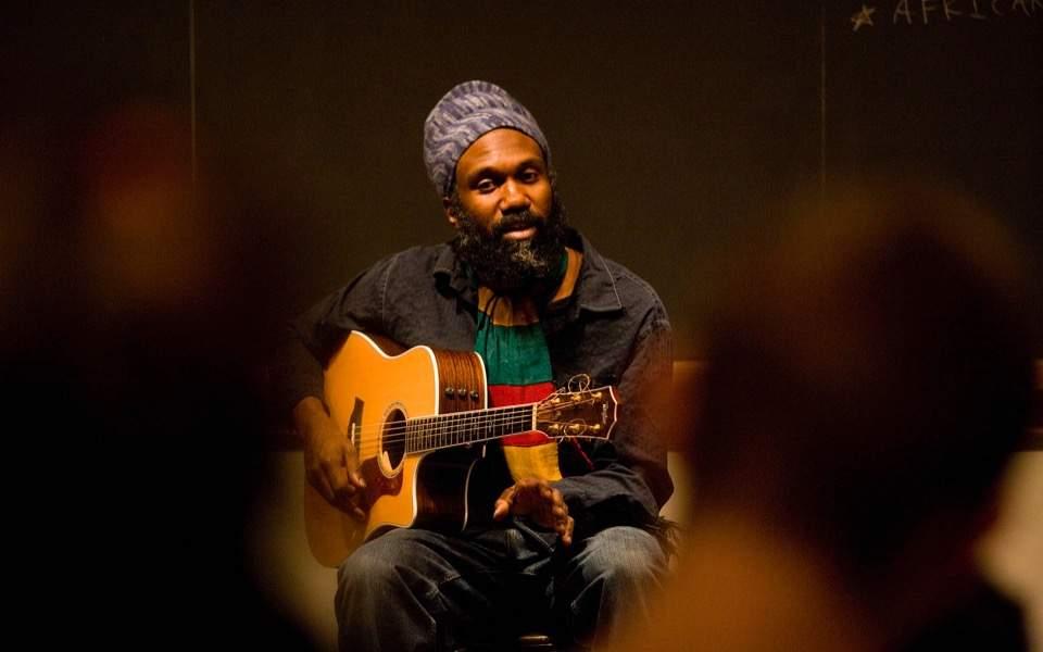 El artista Corey Harris que actuará en un concierto al aire libre en la Plaza de las Armas
