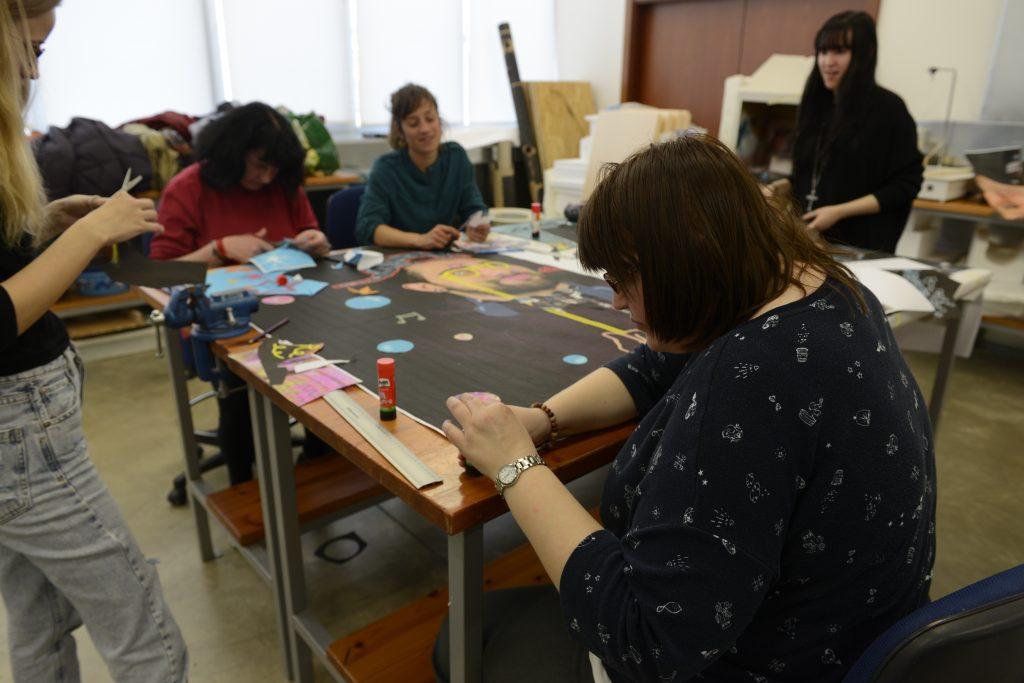 Los alumnos de la ESDA y Espacio Visiones haciendo collages de la tercera fase del genial proyecto