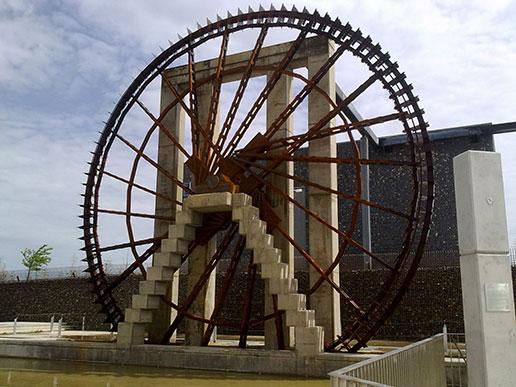 La nueva noria de acero del parque del agua de Zaragoza