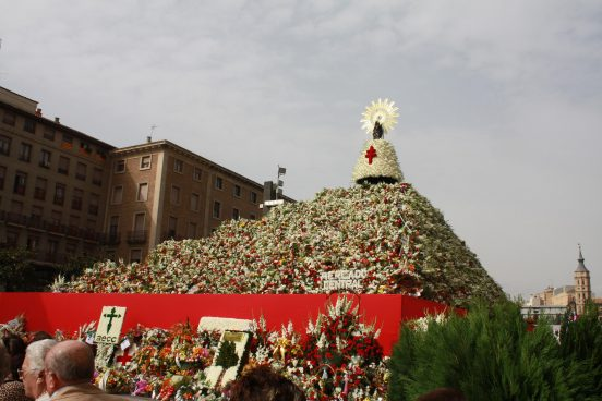 Virgen del Pilar con el manto lleno de flores