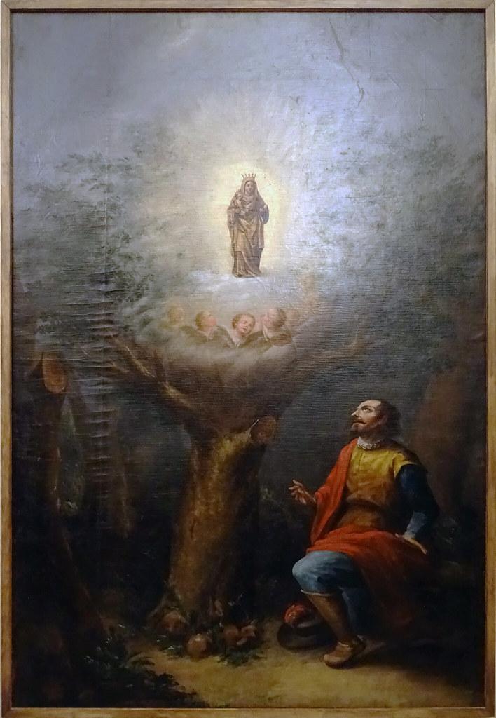 Don Pedro Atarés y una imagen de la Virgen María sobre una encina