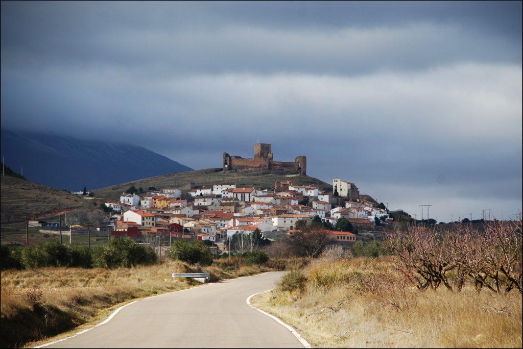 El castillo de Trasmoz con el Moncayo de fondo