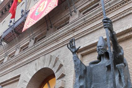 Estatua de San Valero a las puertas del Ayuntamiento de Zaragoza