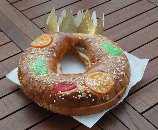Roscón de reyes, con fruta confitada y nata