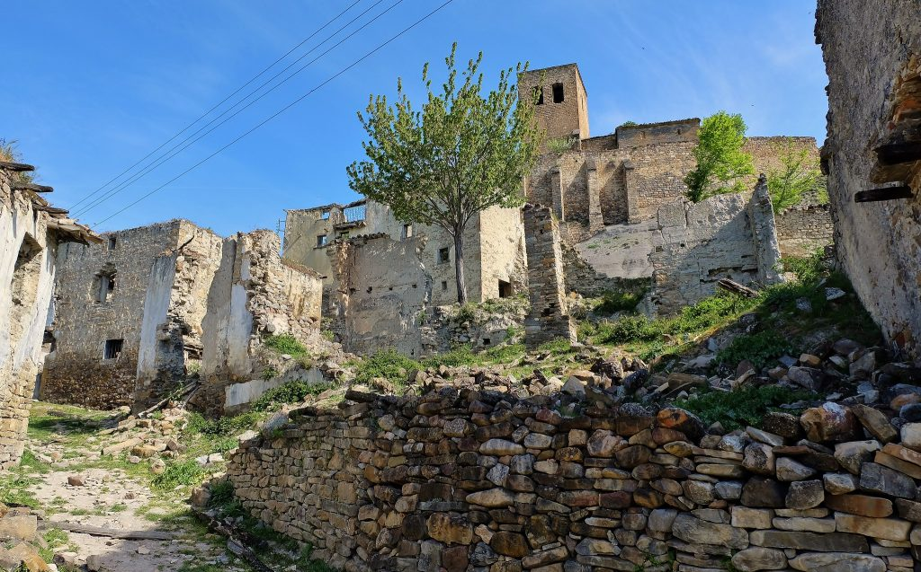 Una de las calles de Escó en ruinas