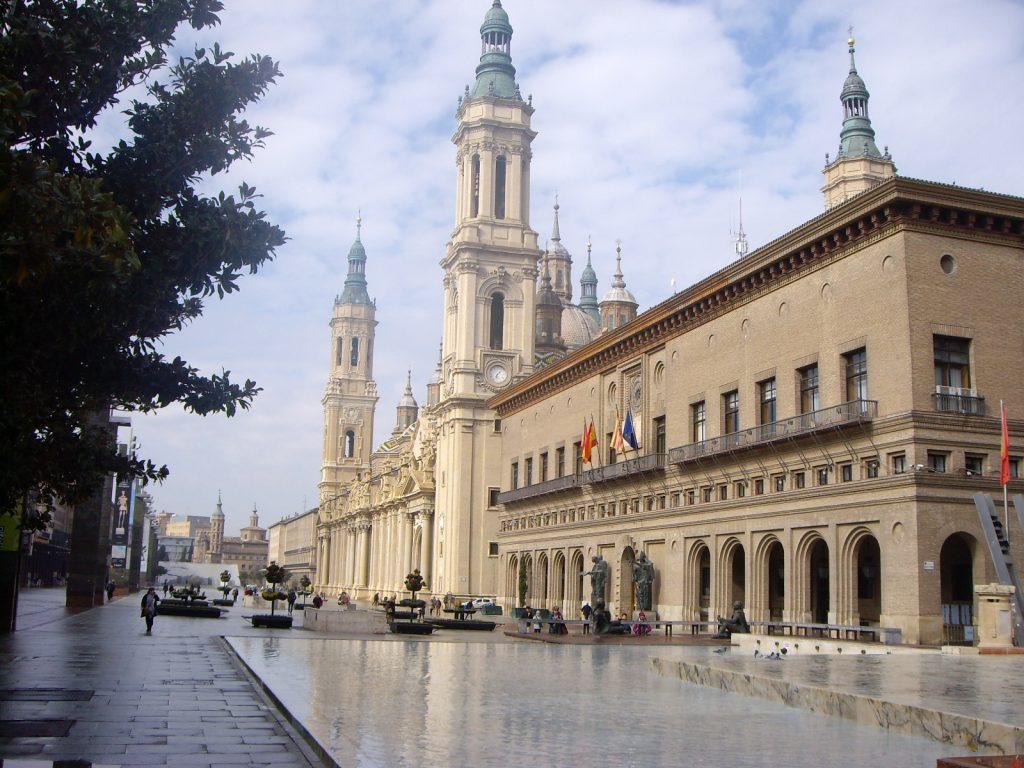 Foto de la plaza del Pilar con el Pilar al fondo y el ayuntamiento