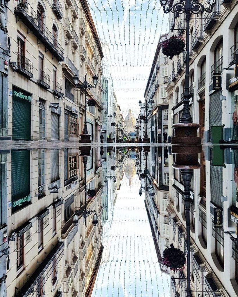 Foto reflejo de la calle Alonso con el Pilar de fondo (fernandocebolla)