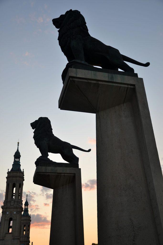 Los leones del puente de Piedra en Zaragoza