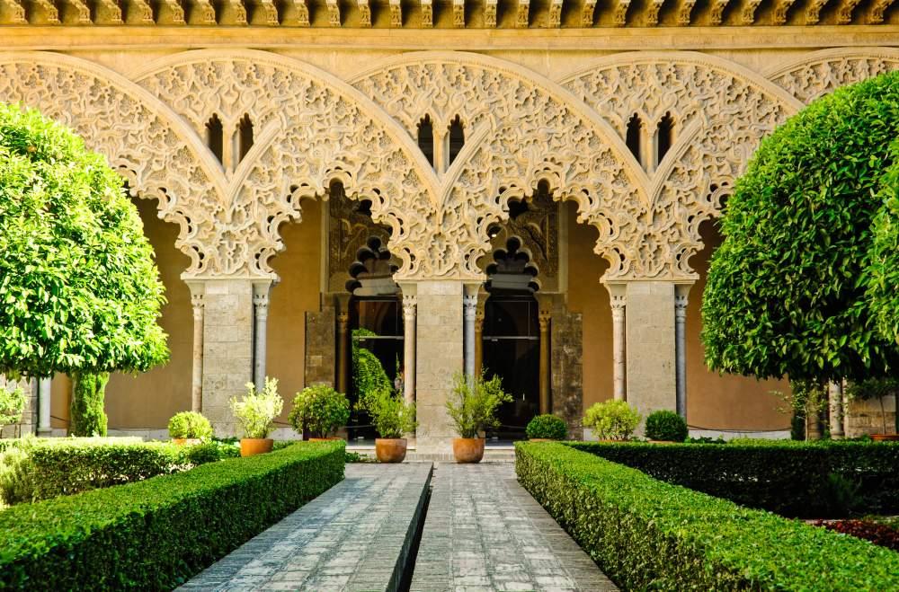 Patio del palacio de la Aljafería, con los naranjos y el arte mudéjar