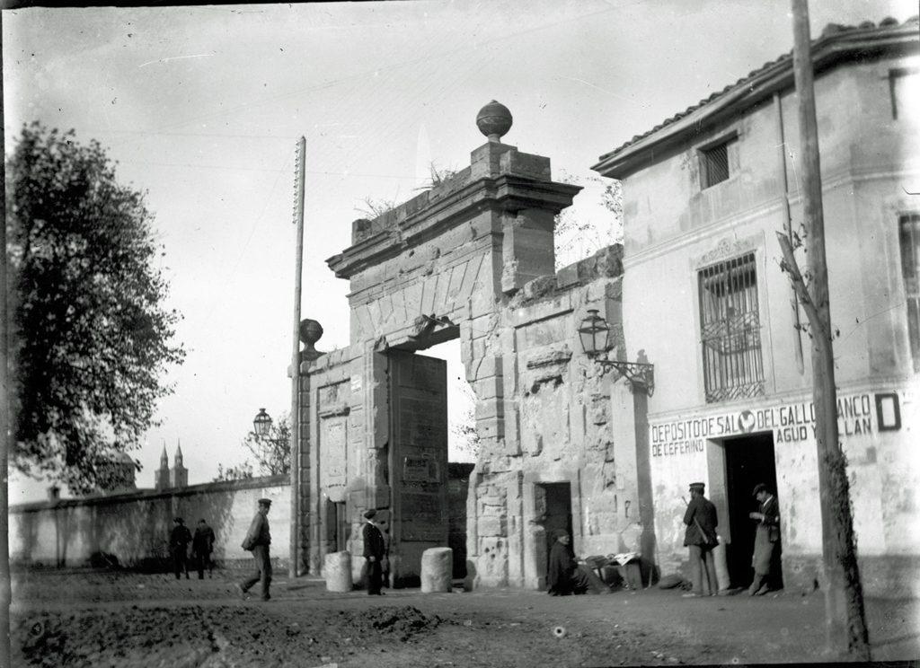 La puerta del Carmen, desde el paseo de la Lealtad