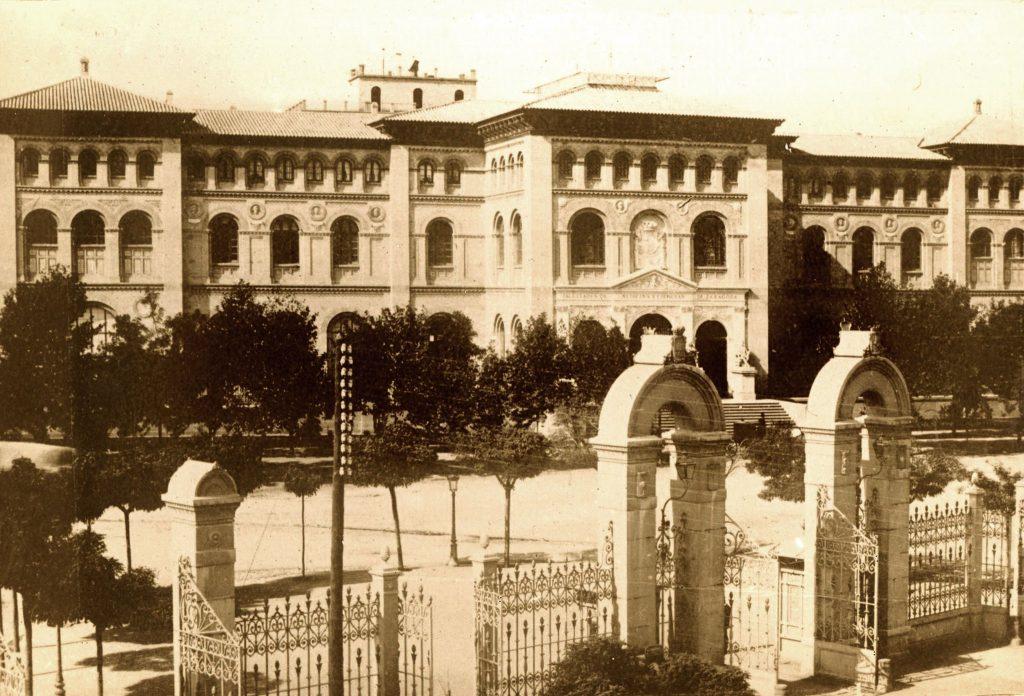 La tercera puerta de Santa Engracia, con el edificio de la Facultad de Medicina y Ciencias enfrente