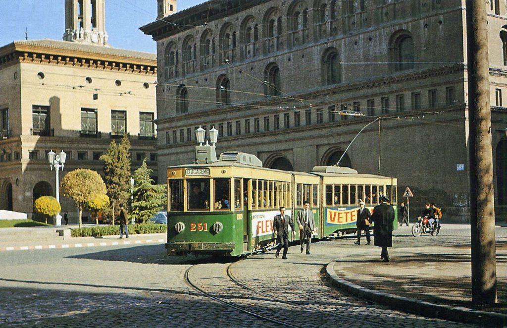 Línea 10 del tranvía antiguo de Zaragoza, en la plaza de la Seo