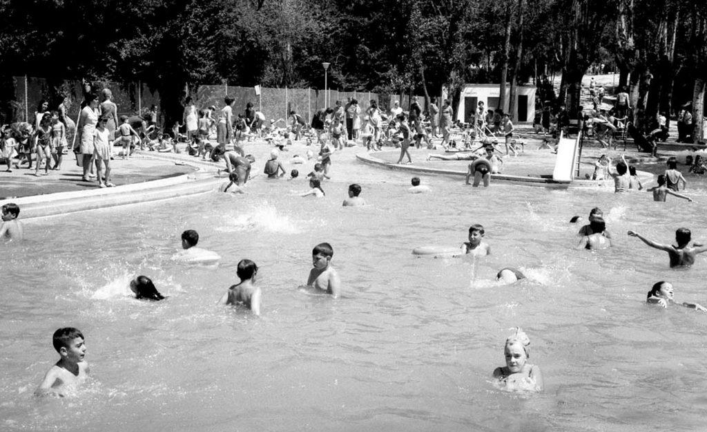 Piscina del parque Grande en 1968, uno de los cambios de Zaragoza en los últimos 40 años