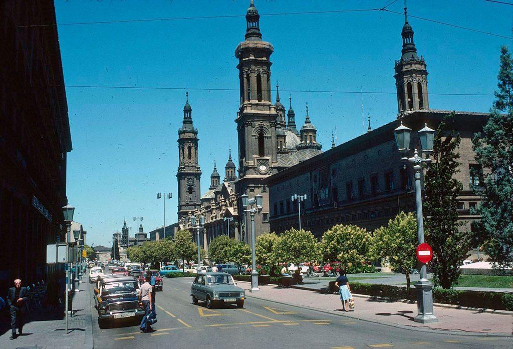 Plaza del Pilar en el año 1976, cuando aún circulaban coches