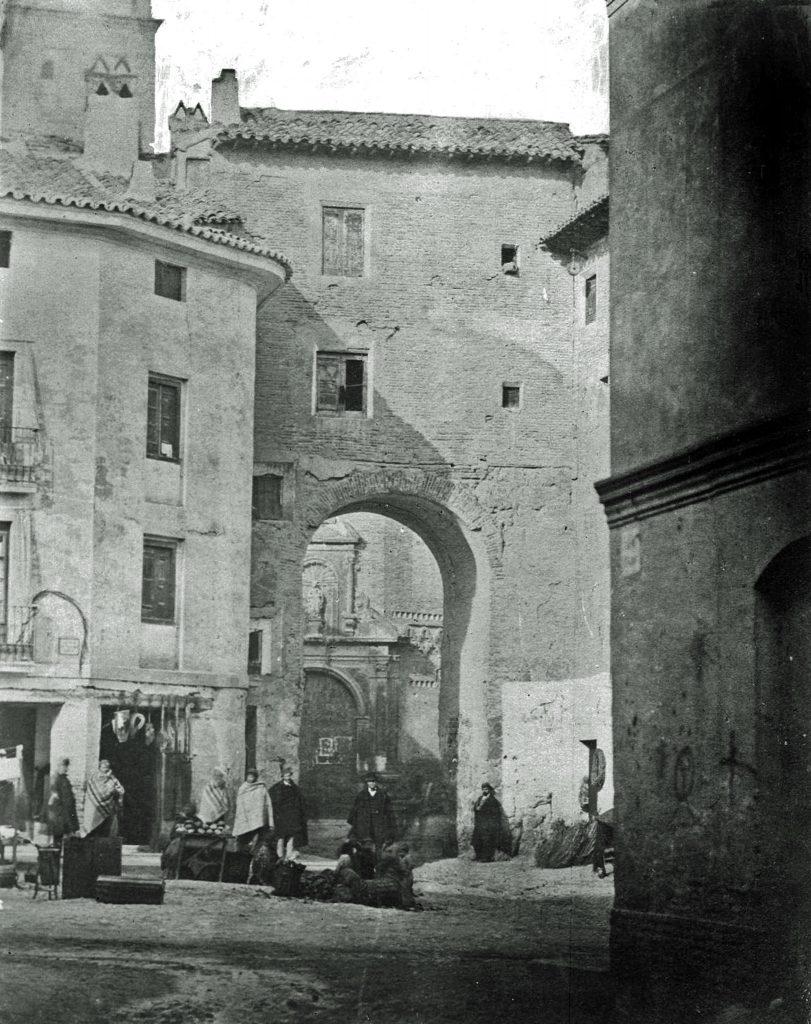 Puerta de Valencia, situada en la plaza de la Magdalena, en 1867