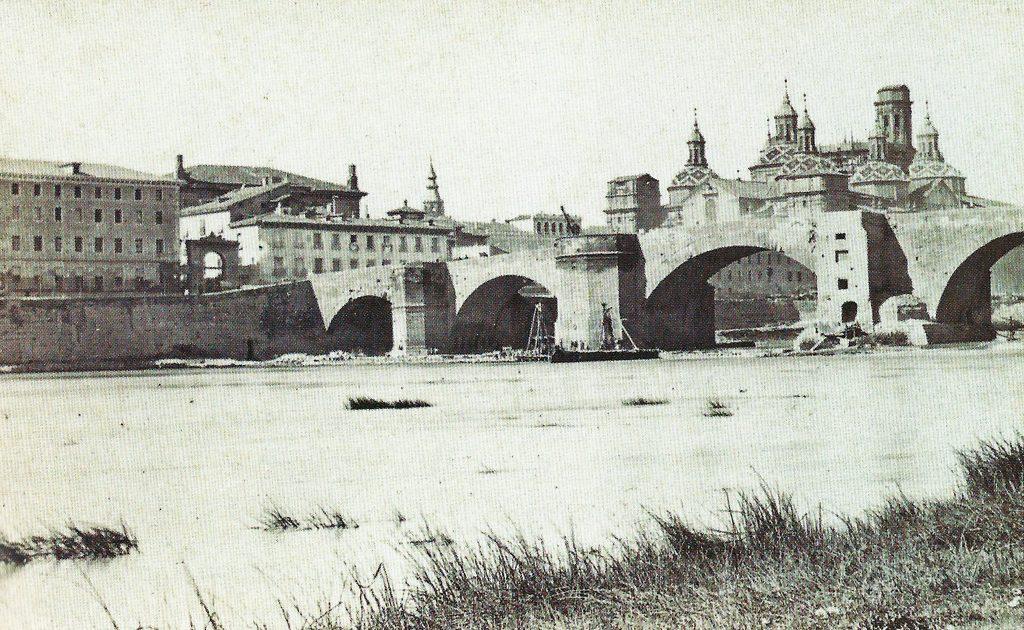 Puerta del Ángel en 1866, en el puente de Piedra