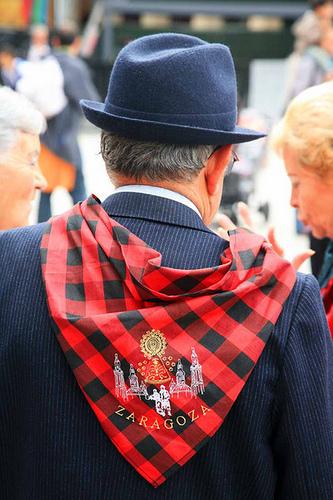 Hombre con el cachirulo atado al cuello, en las Fiestas del Pilar