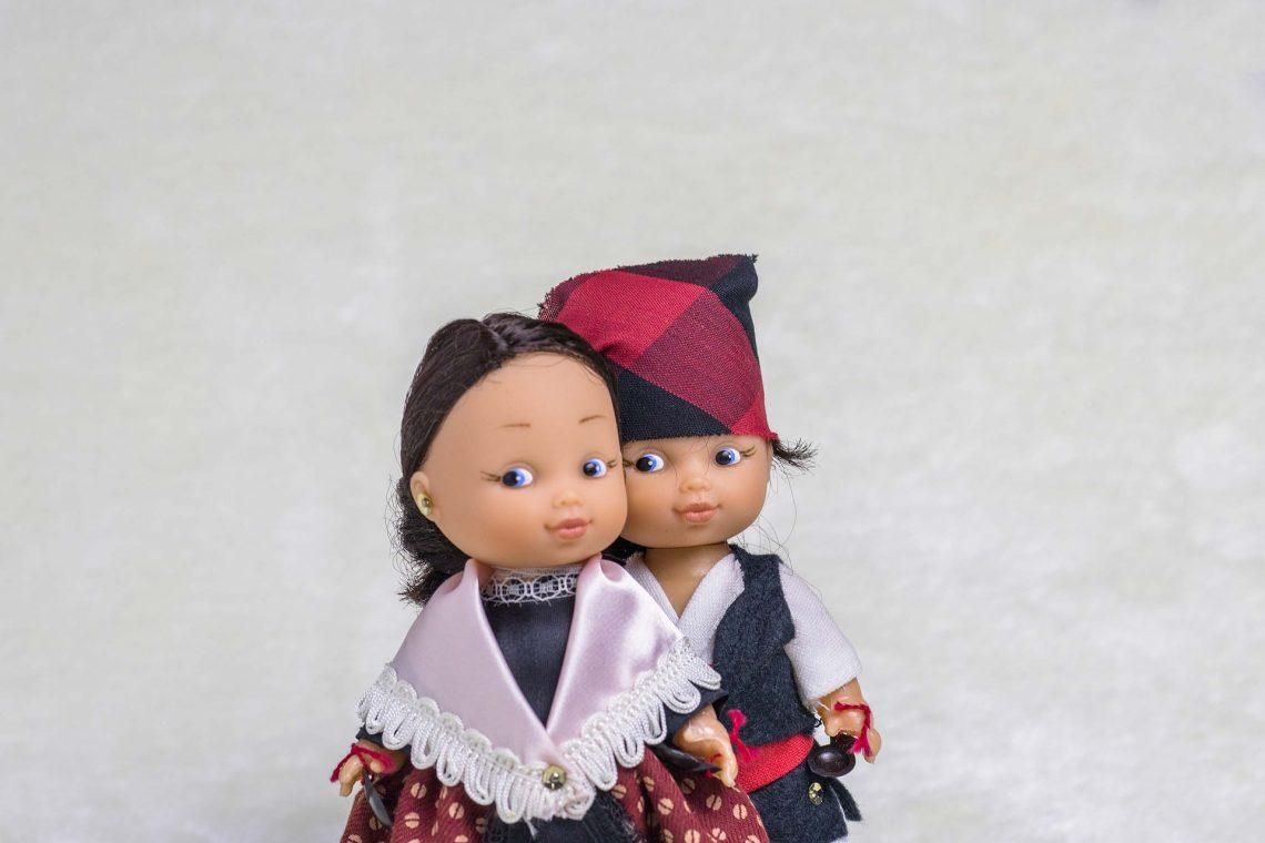 Muñecos con los trajes regionales de Zaragoza, con el cachirulo en la cabeza