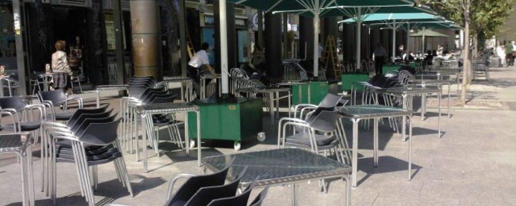 Parasoles de Toldos Serrano en las terrazas de los bares preparados para proteger del sol en Zaragoza