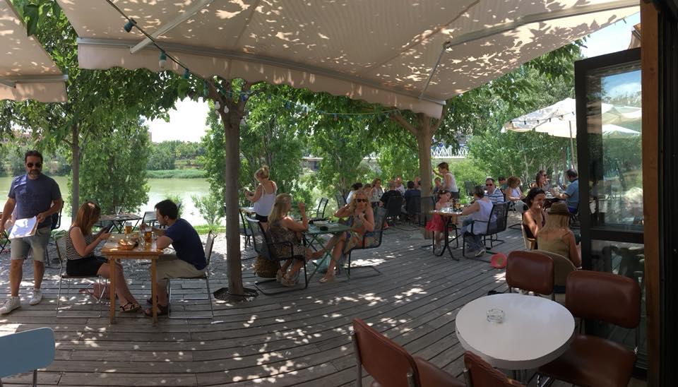 Le Pastis Zaragoza, al lado del puente de Hierro, una terraza para disfrutar del verano
