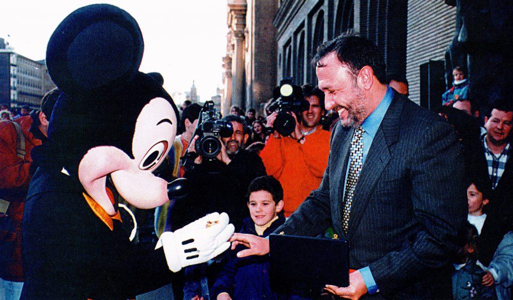 El ratón Mickey Mouse recibe la Llave de Oro de la ciudad de Zaragoza en 1994