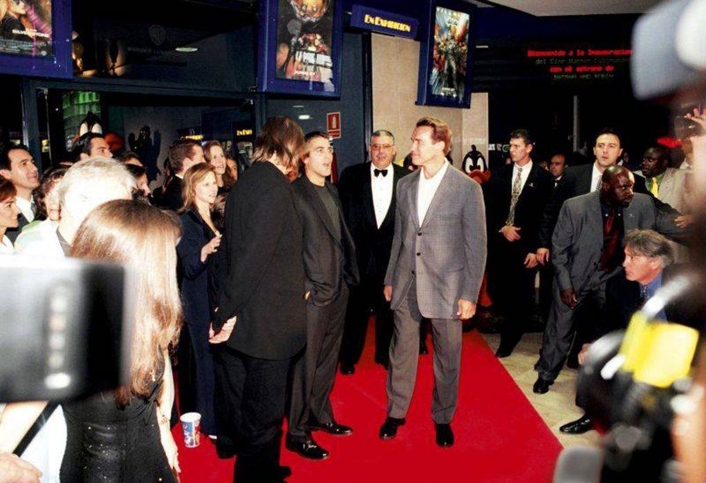 George Clooney y Arnold Schwarzenegger en la inauguración de los cines Warner en 1997