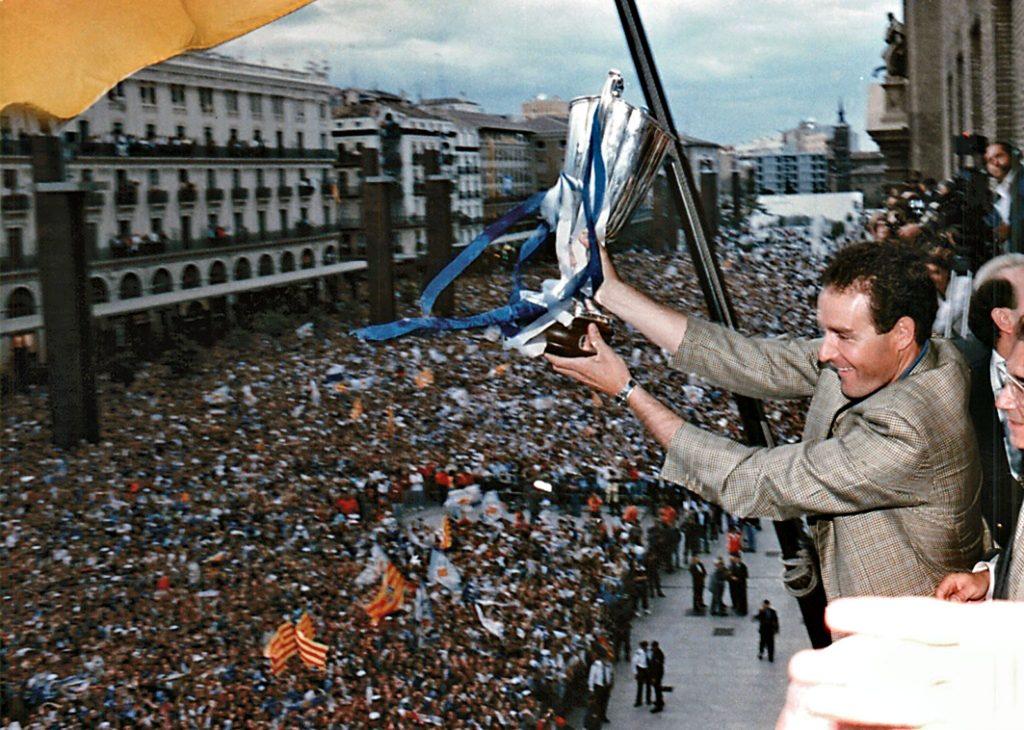 Víctor Fernández alzando el trofeo de la Recopa el 11 de mayo de 1995