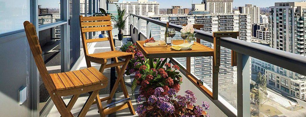 Mesa con colgador de barandilla para ahorrar espacio en la terraza